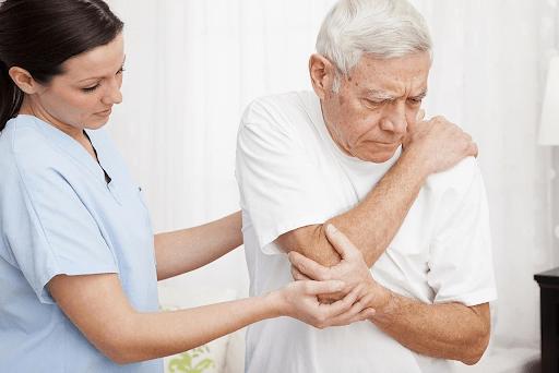 người cao tuổi dễ gặp đau nhức xương khớp