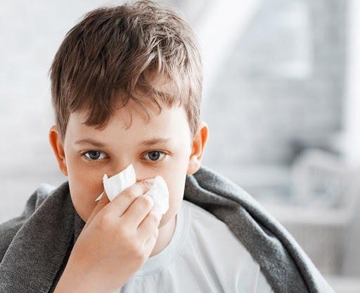 Có rất nhiều nguyên nhân gây sổ mũi ở trẻ