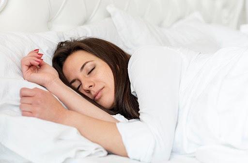 Khi bị sốt cao phát ban, bạn nên dành nhiều thời gian nghỉ ngơi và hạn chế tiếp xúc với mọi người để tránh bệnh lây lan