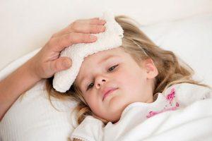 Khi bị sốt tay chân lạnh, bé thường sốt cao kèm theo đó là triệu chứng bàn tay và bàn chân lạnh ngắt