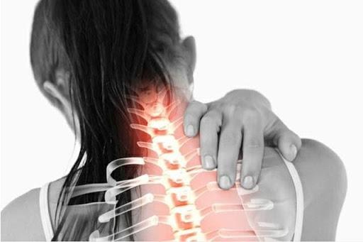 Thoái hóa cột sống cổ là nguyên nhân gia tăng các cơn đau nhức cổ và đau nhức bả vai trái hoặc phải