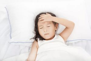 cần thường xuyên đo nhiệt độ cho bé và xem xét các dấu hiệu đặc biệt kịp thời