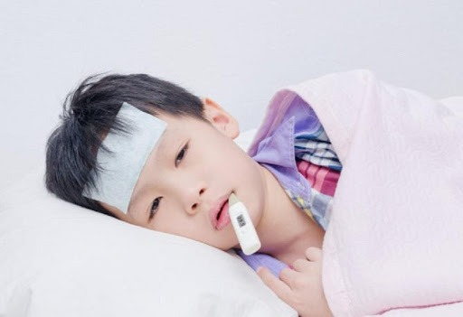 Bé sốt cao mà chân tay lạnh là tình trạng thường gặp ở nhiều trẻ nhỏ hiện nay