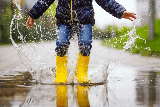 Thời tiết chuyển mùa, kèm theo mưa là điều kiện thuận lợi cho các loại virus gây bệnh phát triển mạnh, làm trẻ sốt về đêm
