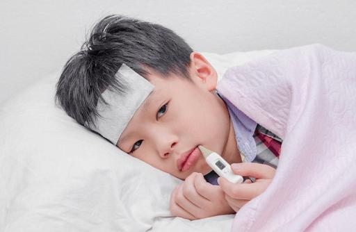 Trẻ sốt về chiều và đêm vô cùng phổ biến nhưng cũng rất nguy hiểm nếu không được điều trị đúng cách.