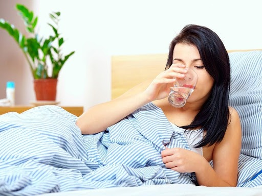 Khi bị sốt, bạn nên uống đủ nước để giúp giảm thân nhiệt