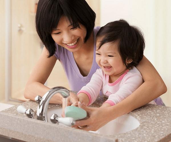 Rửa tay cho bé mỗi ngày để phòng tránh các bệnh truyền nhiễm
