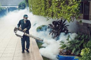 Phun thuốc diệt muỗi giúp giảm các nguy cơ mắc bệnh truyền nhiễm do muỗi