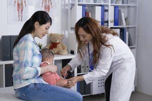 Đánh lạc hướng trẻ để bác sĩ có thể tiêm cho trẻ dễ dàng
