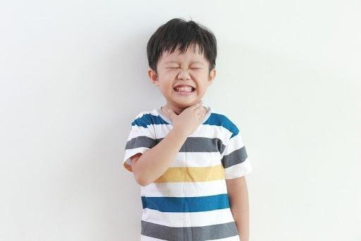 Sốt amidan khiến trẻ có dấu hiệu mệt mỏi, chán ăn, đau đầu, bỏ bú