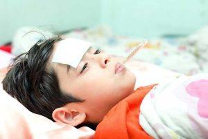 Nới lỏng quần áo để trẻ dễ thở khi trẻ sốt cao co giật