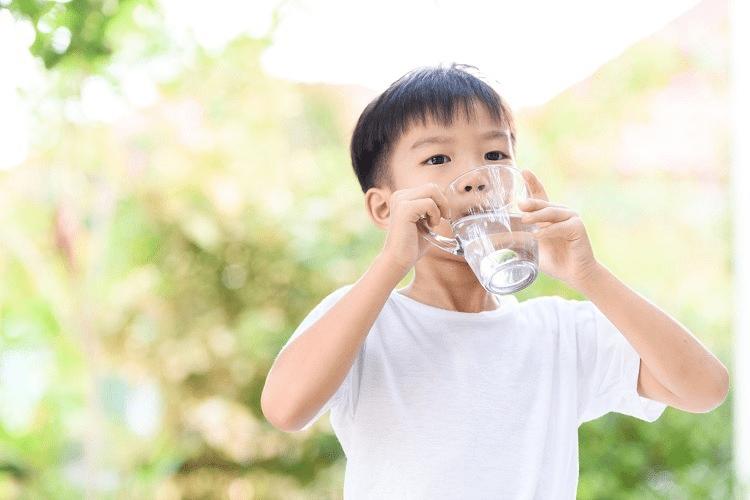 Nên cho trẻ uống nhiều nước khi bị sốt