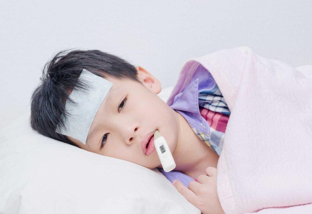 Khi trẻ sốt cao cần theo dõi và có biện pháp hạ sốt nhanh