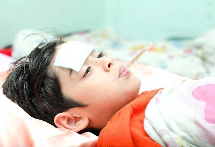 Sốt là một triệu chứng phổ biến ở trẻ sơ sinh và trẻ nhỏ