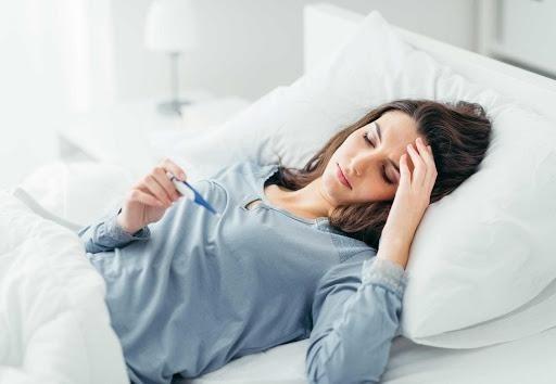 Người bị sốt có thân nhiệt cao, luôn cảm thấy mệt mỏi, kiệt sức