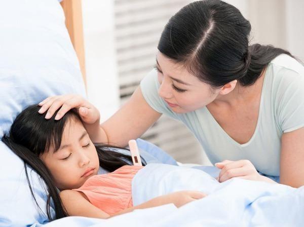 Đo thân nhiệt cho bé bị sốt