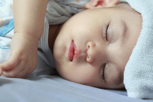 Trẻ sơ sinh ngủ hay giật mình do tiếng ồn