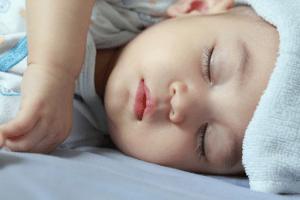 Chườm ấm để giúp trẻ hạ sốt nhanh