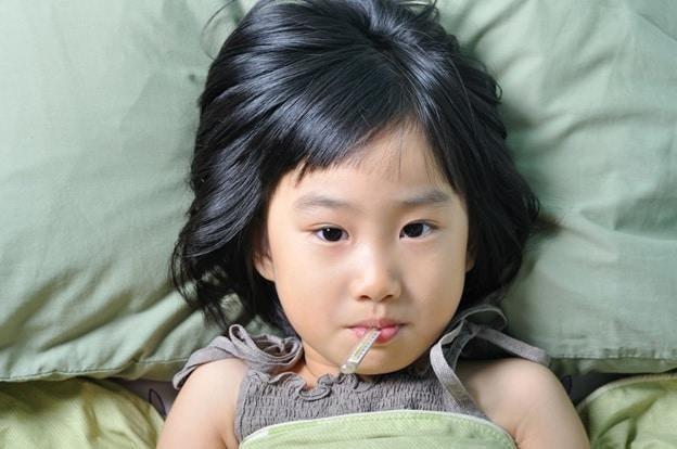 Đo thân nhiệt cho trẻ để xác định tình trạng sốt