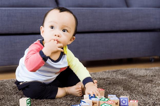 Trẻ mọc răng hay gặm cắn đồ vật