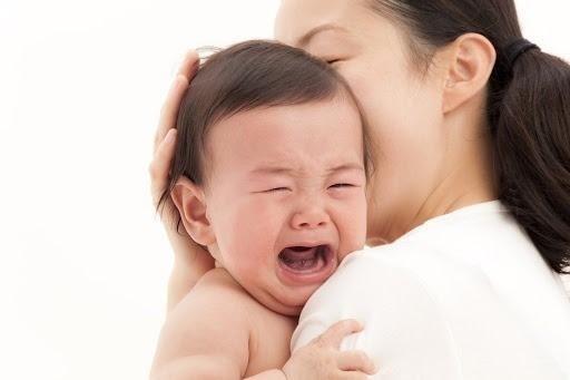Mẹ có thể vỗ nhẹ lưng trẻ để chữa nấc cụt
