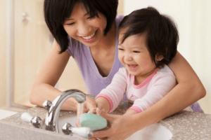 Khi trẻ bị nôn do nhiễm siêu vi nên rửa tay thường xuyên để tránh lây lan