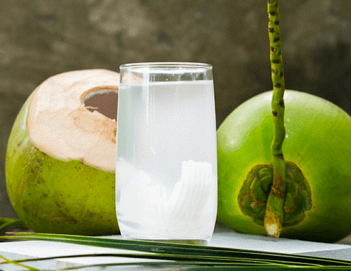Trẻ có thể uống nước dừa giúp hạ sốt